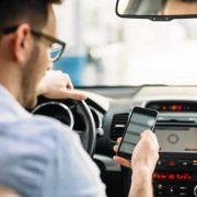 UbiTec - Contacto - Cómo evitar la conducción distraída en tu flotilla monitoreo GPS conducir con celular en la mano