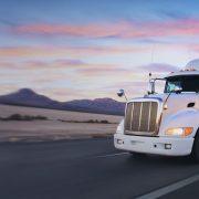 UbiTec Gps - 17 beneficios del rastreo GPS para Flotillas Corporativas - un camion en carretera