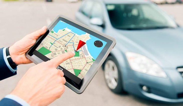 UbiTec Gps - ¿El rastreo GPS ahorra dinero a su empresa? - hombre con gps en su mano