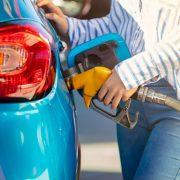 Ubitec-Cuáles son las desventajas del ralentí del motor-Persona poniendo combustible